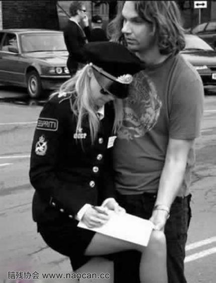 国外女警真性感!我愿意每天被罚款!